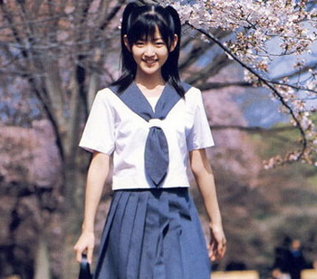 中学和高校校服女生一般会两种样式:水手服