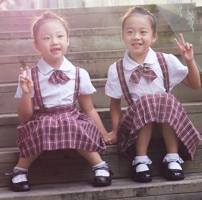 小学生v校服必须每天穿校服合理女生玫瑰表白送图片